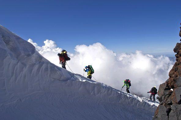 alpinistas ascendiendo una montaña